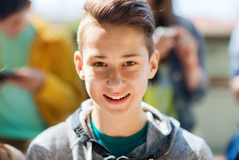 Lycklig framsida för tonårs- pojke arkivfoton