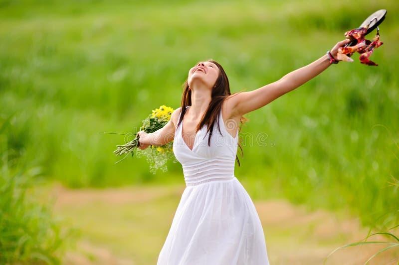 Lycklig fri kvinna i klänning arkivbild