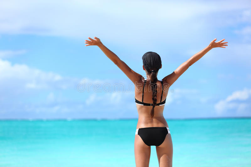 Lycklig frihetsbikinikvinna på fri semester royaltyfri bild