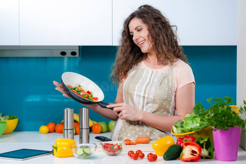 Lycklig fru som lagar mat sund mat royaltyfri fotografi