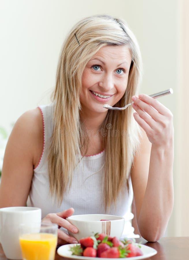 lycklig frukost ha den sunda kvinnan royaltyfri fotografi