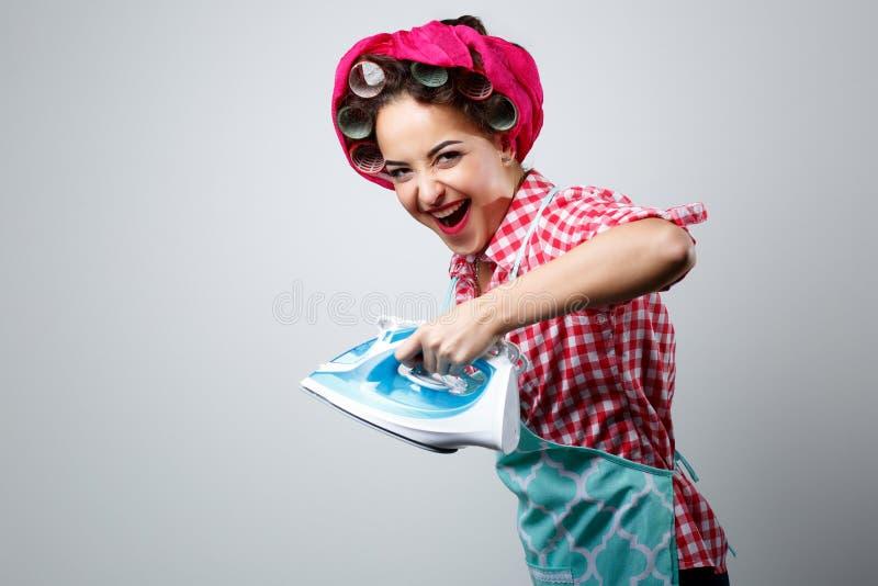 Lycklig galen flicka med järn arkivfoton