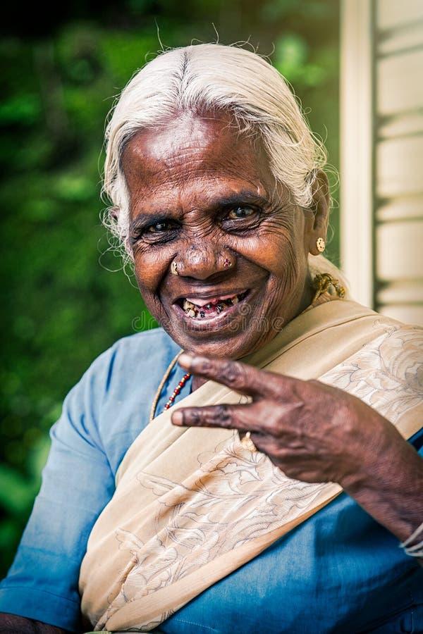 Lycklig gammal indisk kvinna Äldre skrynklor