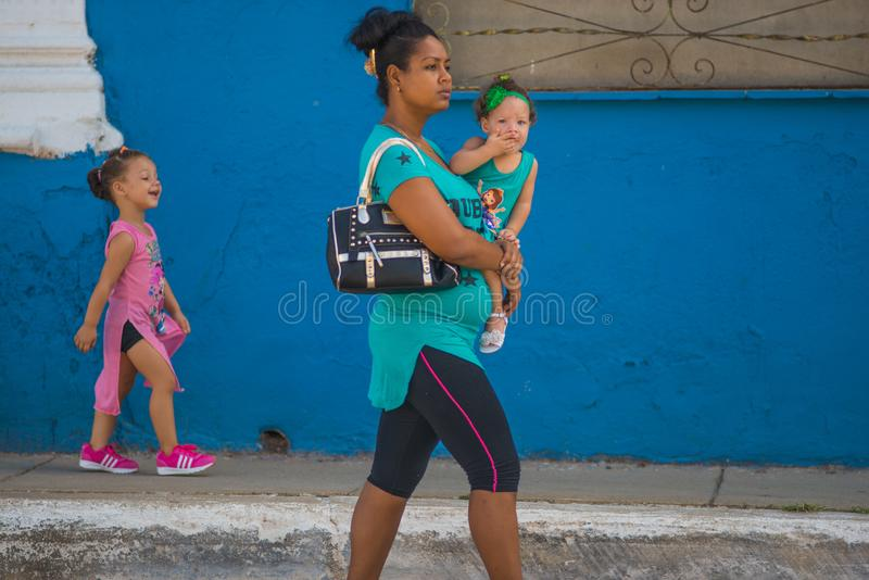 Lycklig gammal kubansk folkkvinna och barn i gata av den karibiska kommunismKuban, Amerika royaltyfri fotografi