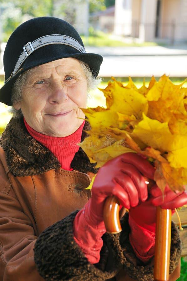 lycklig gammal kvinna royaltyfri bild
