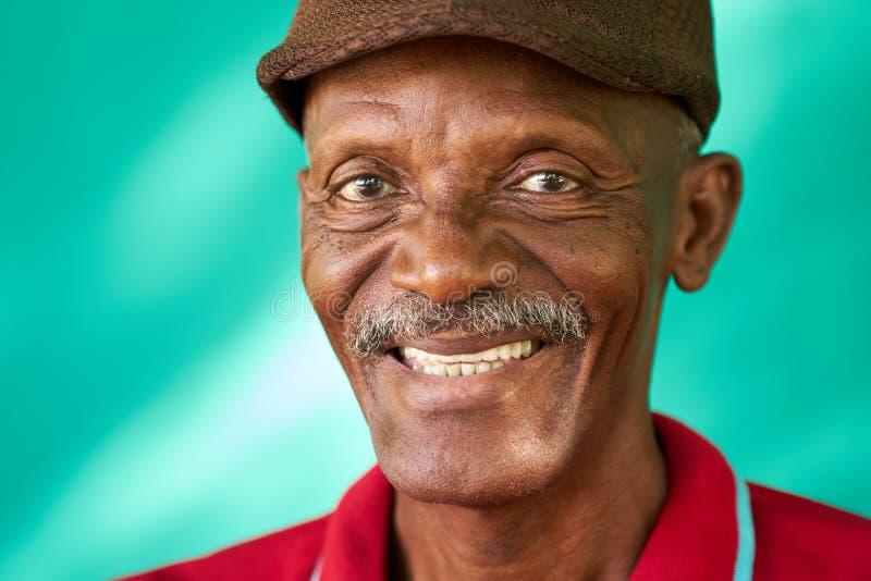 Lycklig gammal svart man för pensionärfolkstående med hatten royaltyfri bild