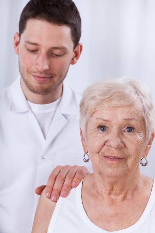 Lycklig geriatrisk patient royaltyfri foto