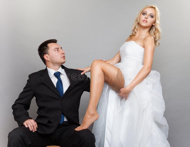 Lycklig gift parbrudbrudgum på grå bakgrund arkivfoto