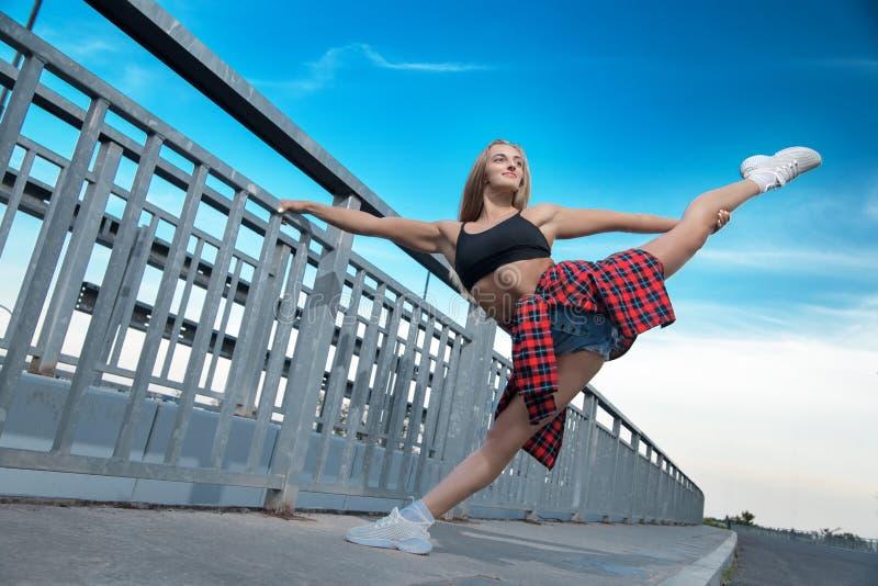 Lycklig glad flicka som gör gymnastik royaltyfri bild
