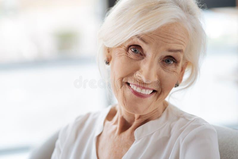 Lycklig glad kvinna som är godlynt arkivfoton