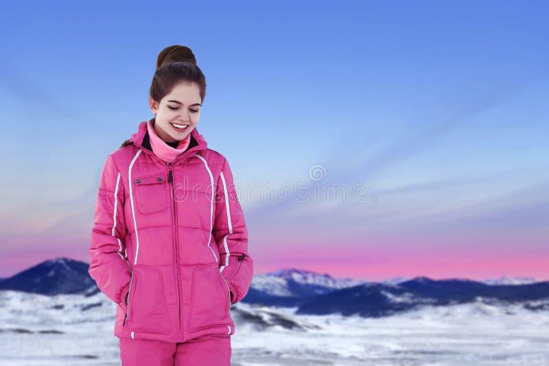 Lycklig glad kvinna som har rolig det fria i vintern som står på th fotografering för bildbyråer