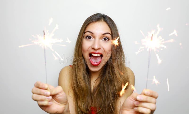 Lycklig gladlynt flicka som rymmer bengal ljus p? partiet St?ende av den unga kvinnan som firar med tomtebloss som isoleras p? vi royaltyfri bild