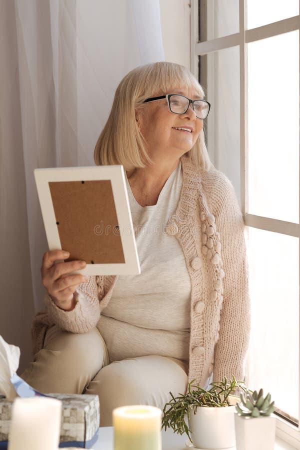 Lycklig gladlynt kvinna som är i ett stort lynne arkivbild
