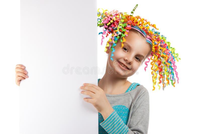 Lycklig gladlynt liten flicka som rymmer en affisch arkivfoto