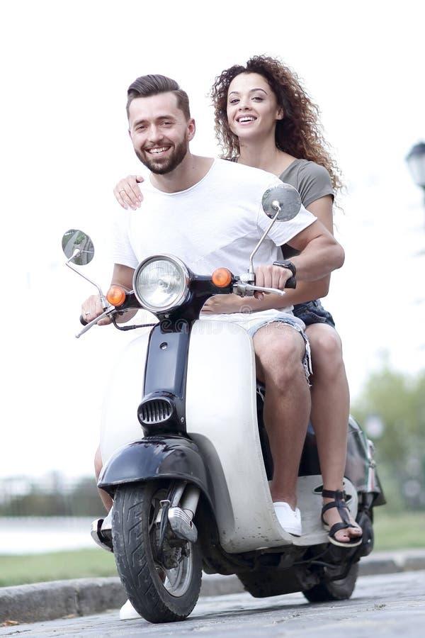 Lycklig gladlynt sparkcykel för parridningtappning för dublin för bilstadsbegrepp litet lopp översikt royaltyfri foto