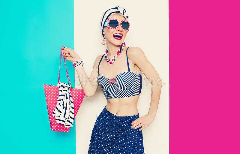 Lycklig glamorös dam Marin- stil för sommarstrand fotografering för bildbyråer