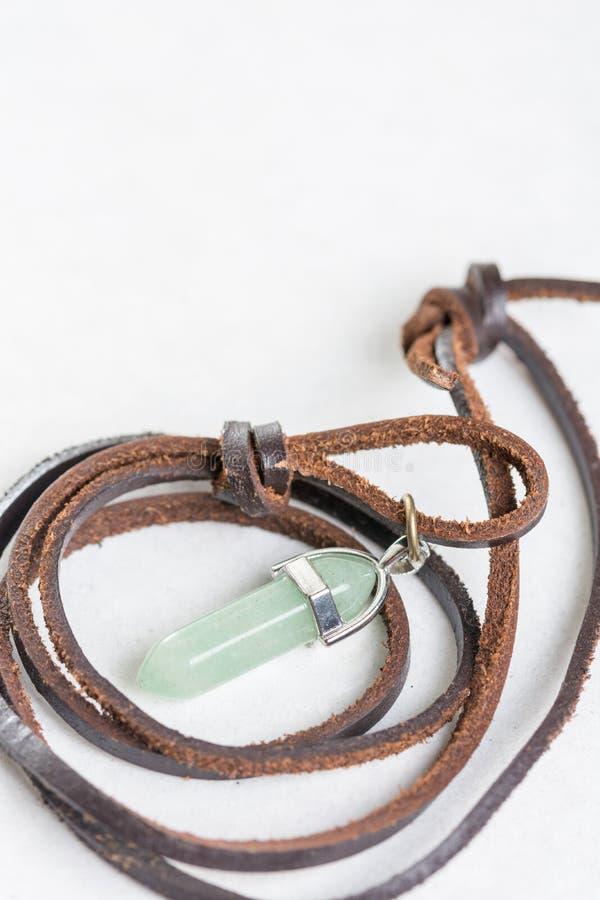 Lycklig grön aventurinehalvädelstenhalsband med läderkabel royaltyfri bild