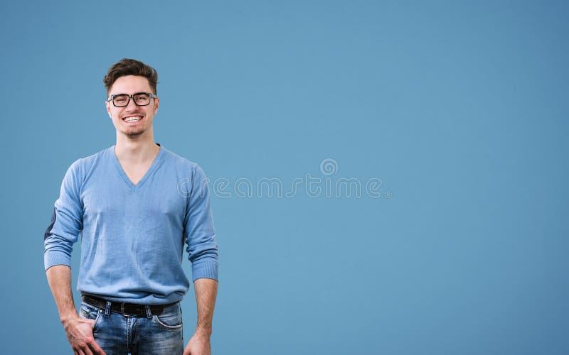 Lycklig grabb i blå tröja fotografering för bildbyråer