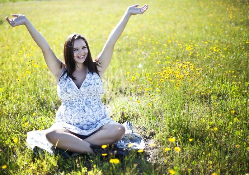 lycklig gravid kvinna royaltyfria foton