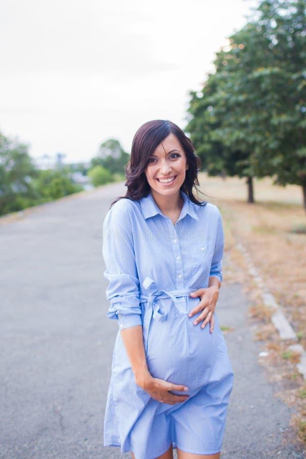 lycklig gravid kvinna royaltyfri bild