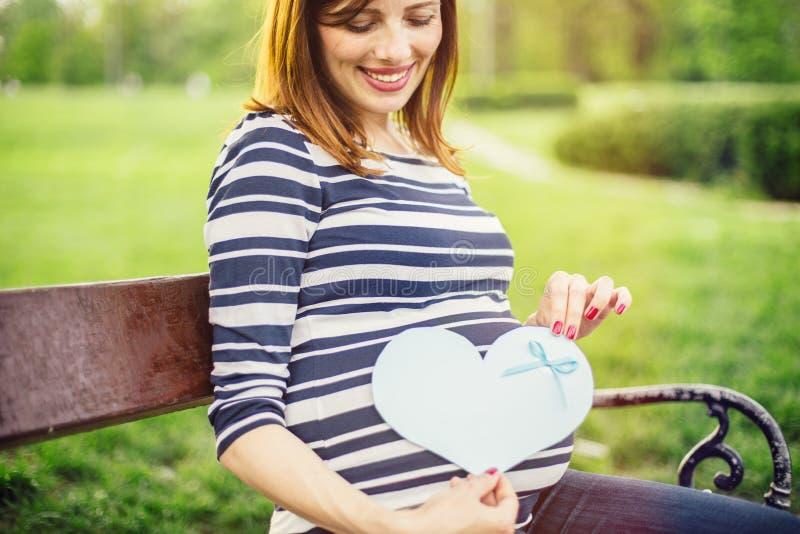 lycklig gravid kvinna arkivfoto