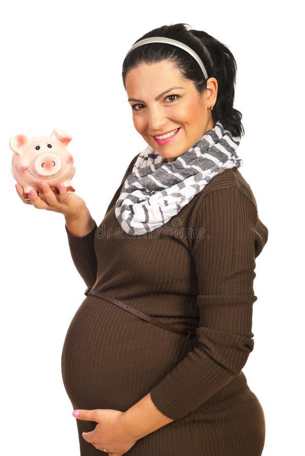 Lycklig gravid kvinna med den piggy gruppen royaltyfri bild