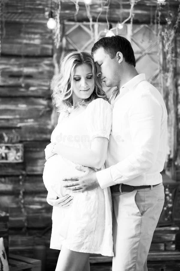 Lycklig gravid kvinna och hennes älska make svartvit pho royaltyfri fotografi