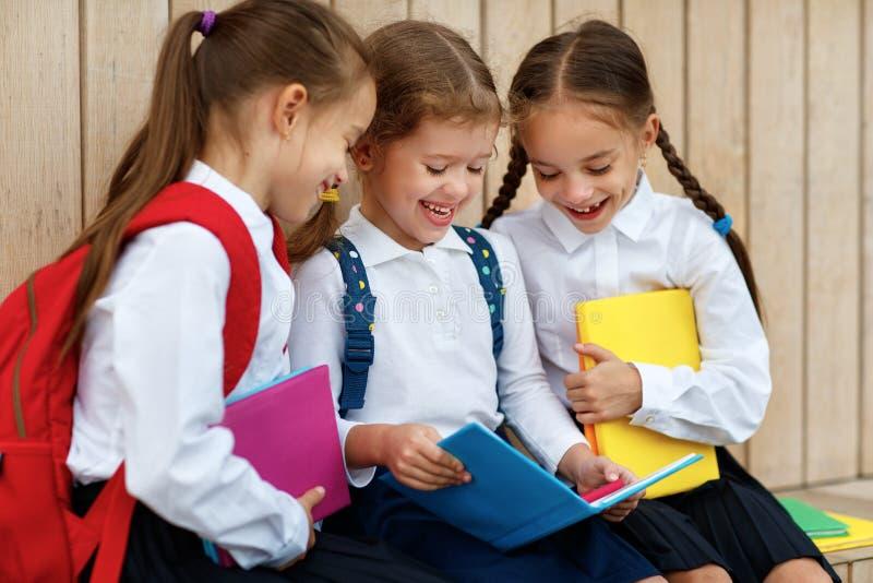 Lycklig grundskola för student för barnflickvänskolflicka arkivfoton