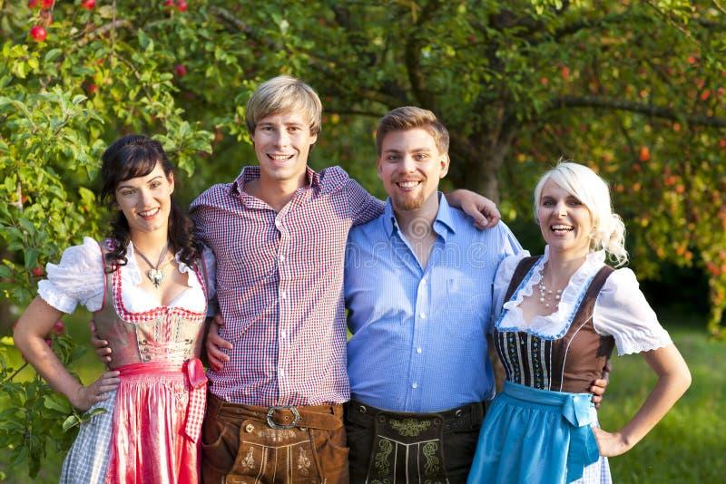 Lycklig grupp av bavarianfolk arkivfoto