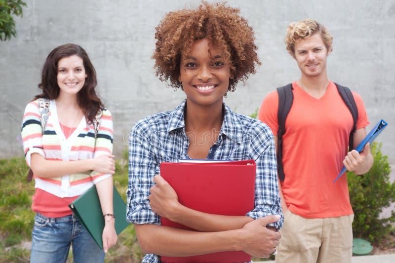 Lycklig grupp av högskolestudenter arkivfoton