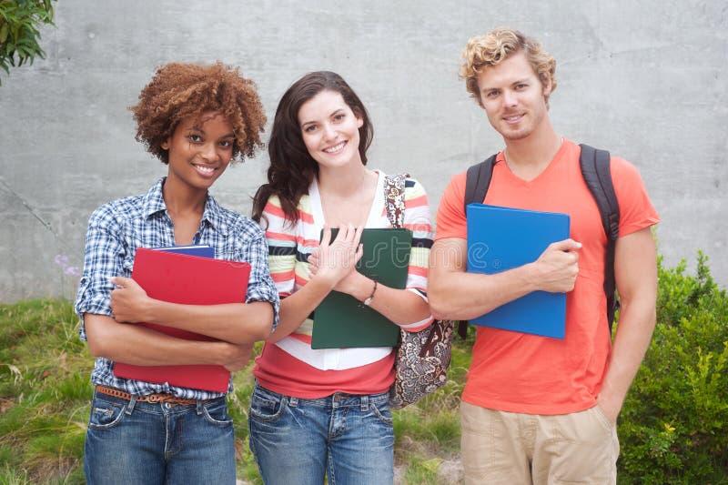 Lycklig grupp av högskolestudenter royaltyfri foto