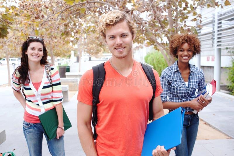 Lycklig grupp av högskolestudenter arkivbild