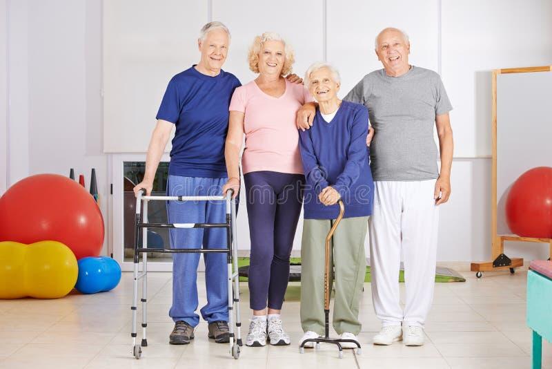 Lycklig grupp av högt folk i sjukgymnastik royaltyfri bild