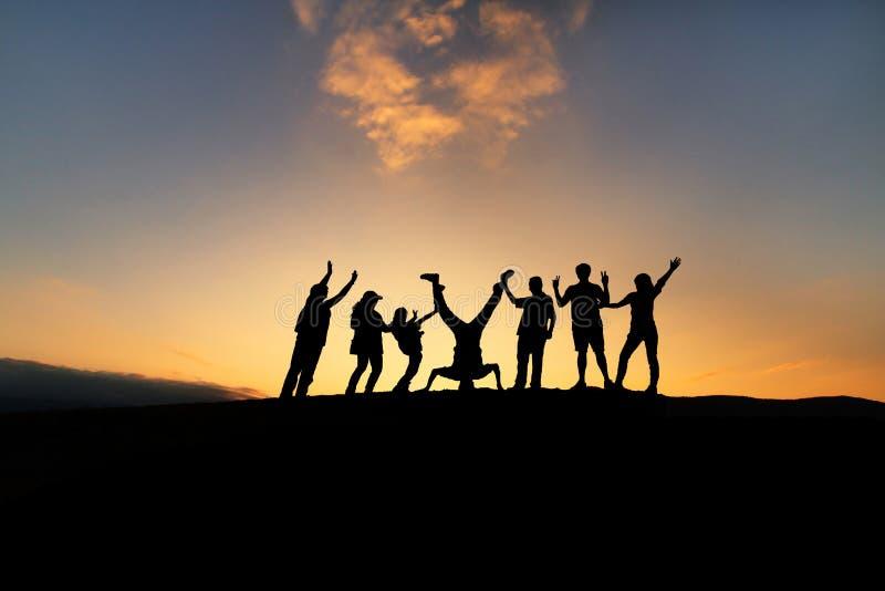 Lycklig grupp av olikt folk arkivbilder