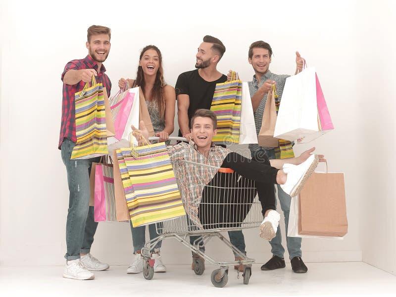 Lycklig grupp av vänner med shoppingpåsar royaltyfri foto