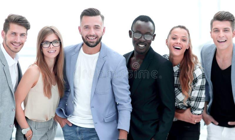Lycklig grupp människor som i rad står över vit bakgrund royaltyfria bilder