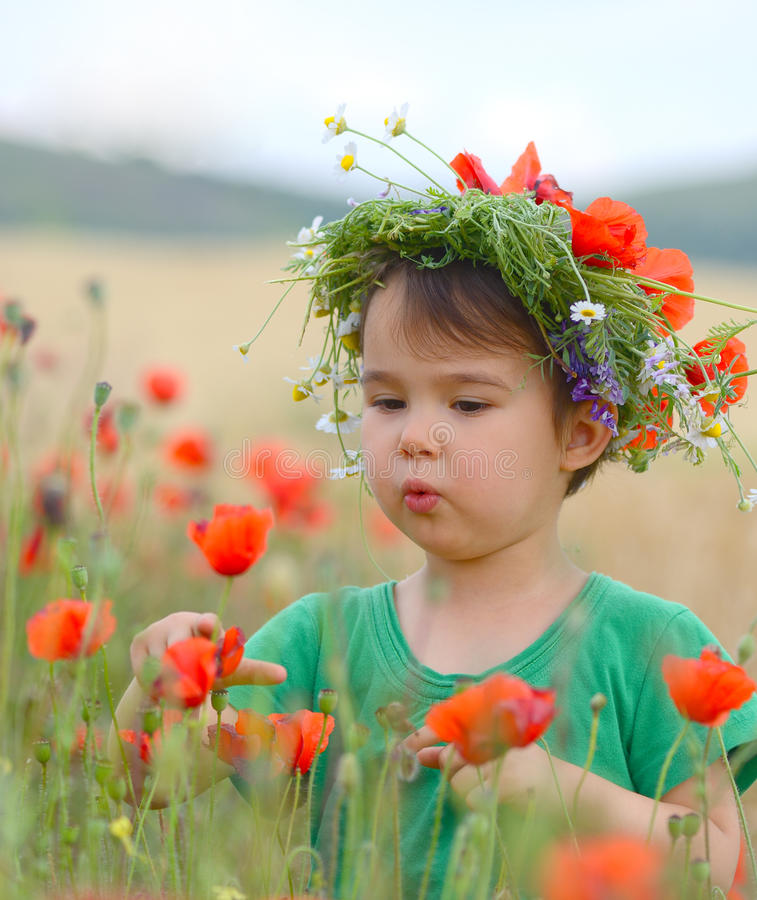 Lycklig gullig barnflicka på vallmofält Lyckliga barn royaltyfria bilder