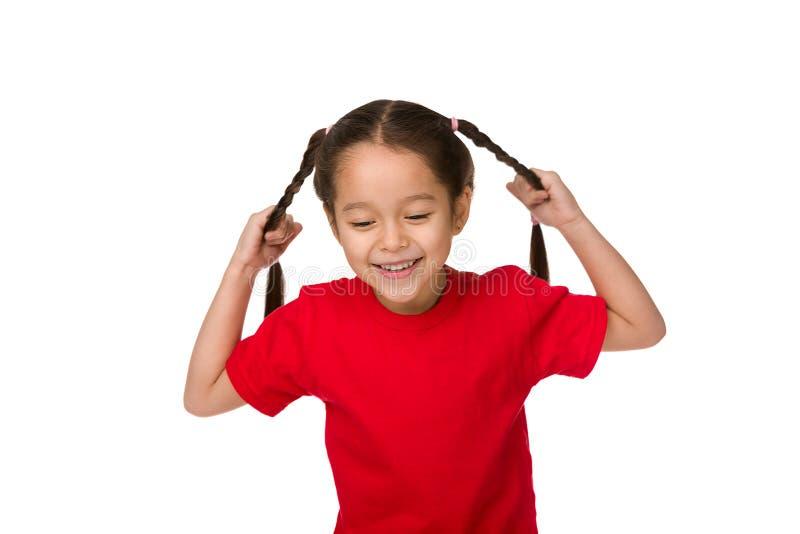 Lycklig gullig flicka för litet barn i röd t-skjorta arkivbild