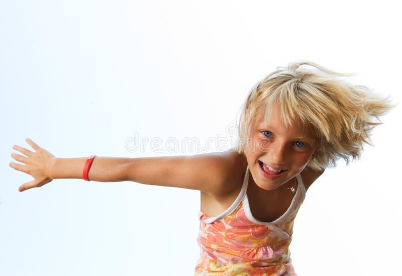 lycklig gullig flicka little som är utomhus- arkivbilder