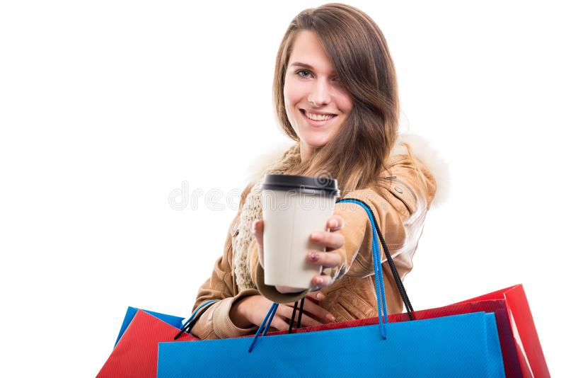 Lycklig gullig flicka med kaffe som går fotografering för bildbyråer