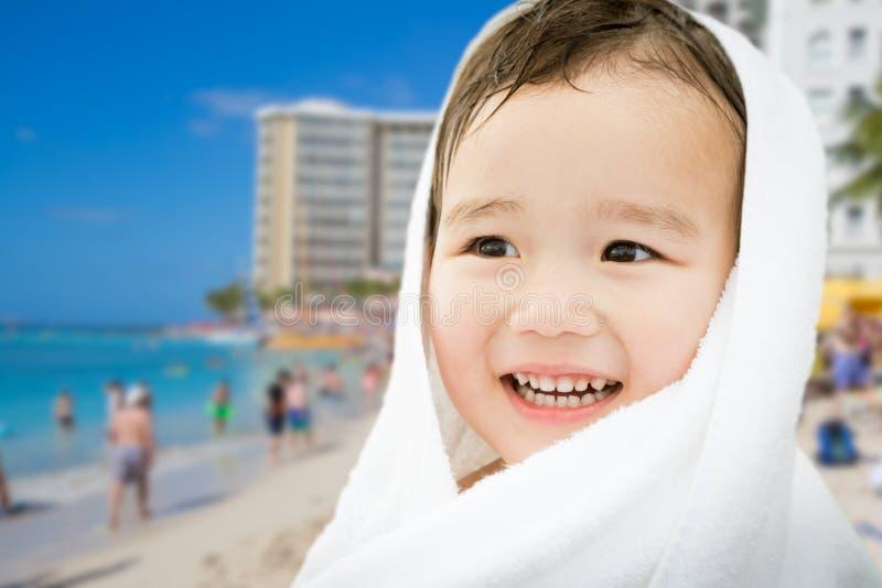 Lycklig gullig kines- och Caucasianpojke för blandat lopp på den Waikiki stranden royaltyfri fotografi