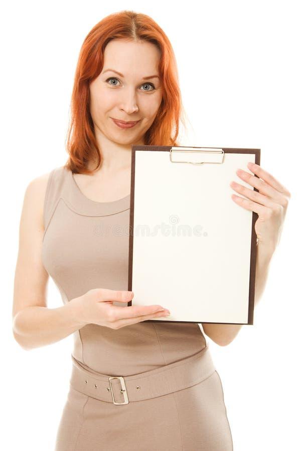 Lycklig gullig kvinna som visar den blanka signboarden arkivbilder