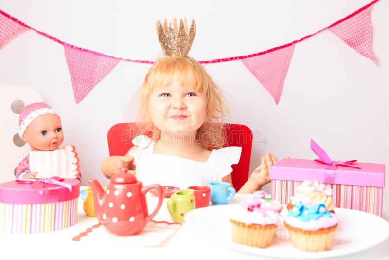 Lycklig gullig liten flicka på födelsedagpartiet arkivfoto