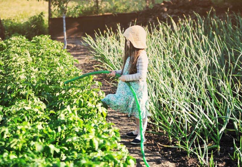 Lycklig gullig liten flicka som är utomhus- i trädgården royaltyfria foton