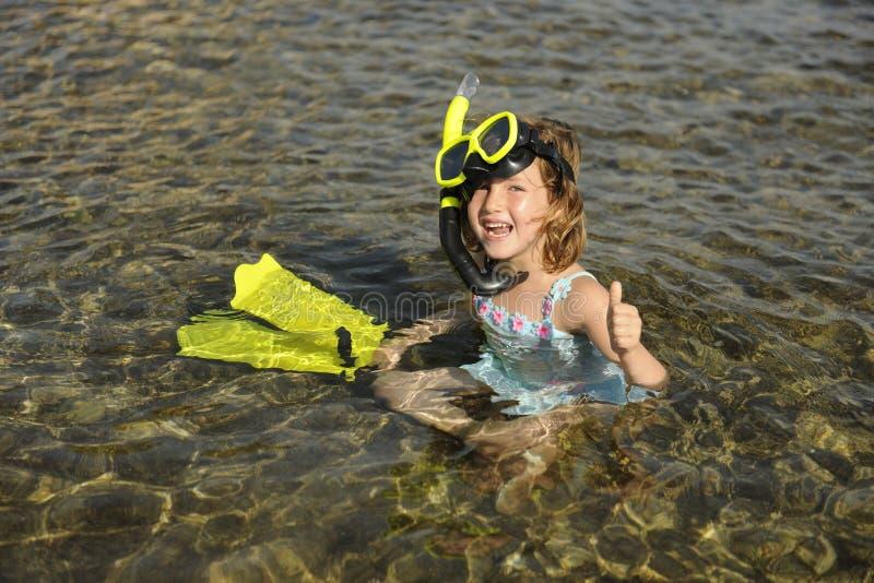 Lycklig gullig snorkelflicka på semester arkivfoto