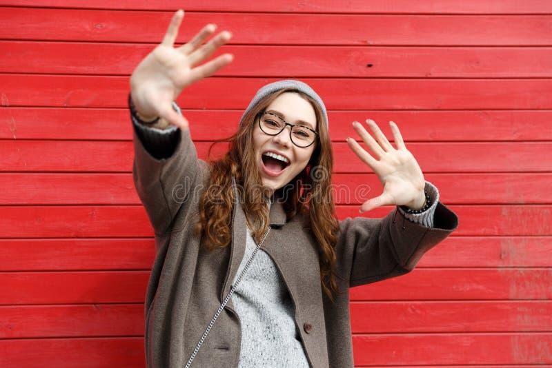 Lycklig gullig ung kvinna som skrattar och har gyckel royaltyfri bild
