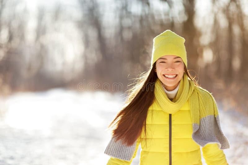 Lycklig gullig vinterflicka som ler i snöskog arkivfoton