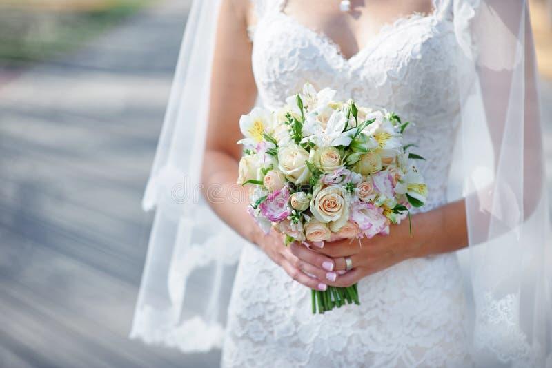 Lycklig härlig brud och brudgum som går på fält i solljus arkivfoton