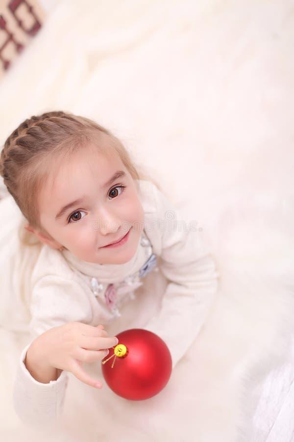 Lycklig härlig flicka som firar det hemmastadda nya året arkivfoton