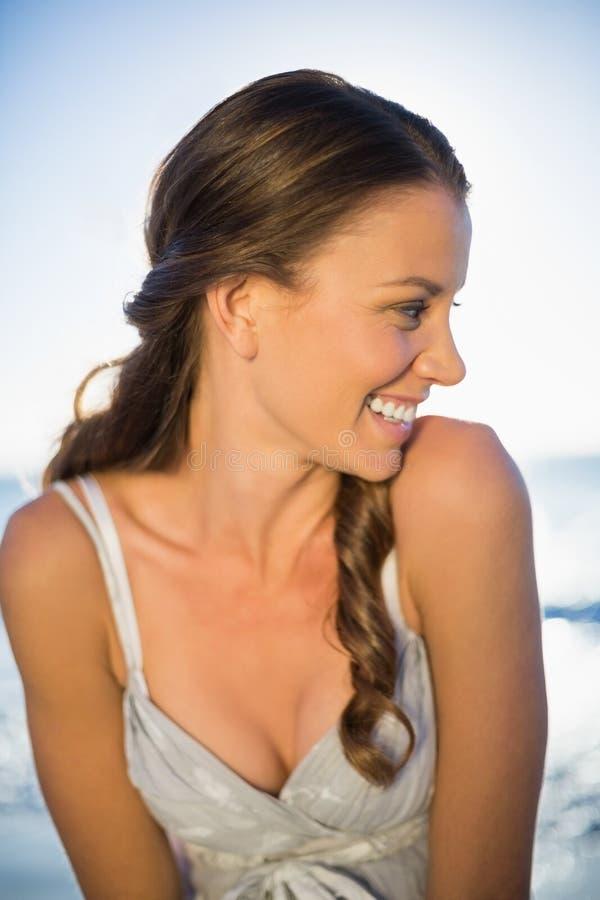 Lycklig härlig kvinna på stranden royaltyfri bild